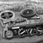 bmo - Un magnéto Nagra de 1959. (et un micro Neumann Slim-Trim multi-directionnel) – huile sur toile – 27 x 35 cm